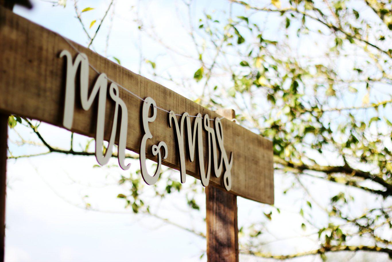 Hochzeitspaar Schild auf Holz