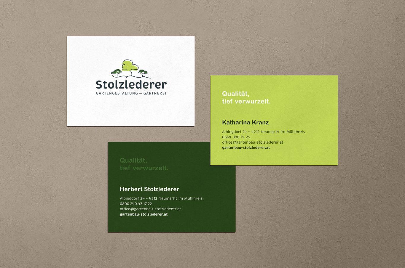 drei Visitenkarten mit Stolzlederer Logo und Kontaktdaten