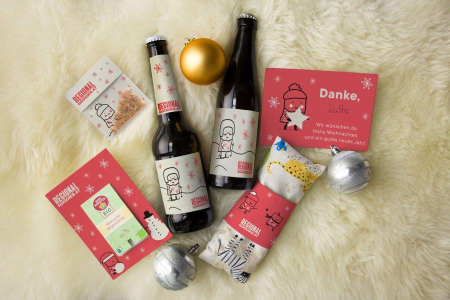 weihnachtliche Geschenksammlung RegionalGoodies auf Fell - Tee, Chilisalz, zwei Bier, Postkarte, Zirbenpolster, Weihnachtsbaumkugeln