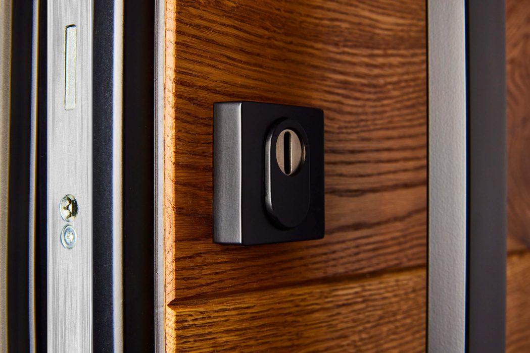 PIENO Holztür mit schwarzem Schloss
